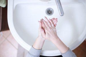 En kvinde vasker hænder