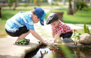 2 børn leger i naturen